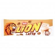 Lion Latte Nadziewany wafel z karmelem kremem z kawą i płatkami pszennymi w białej polewie 40 g